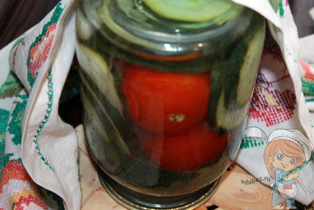 Оставляем в тепле маринованные кабачки с помидорами на сутки