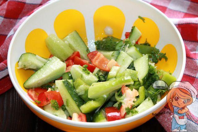 Перемешиваем салат с маринадом
