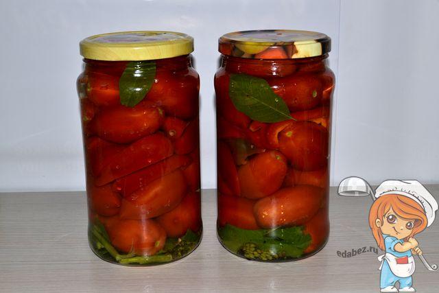 Заливаем овощи кипятком и закрываем крышкой