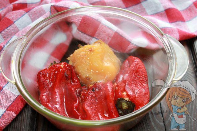 Снимаем кожицу с перцев и перекладываем в глубокую тарелку