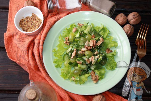 салат с орехами и виноградом