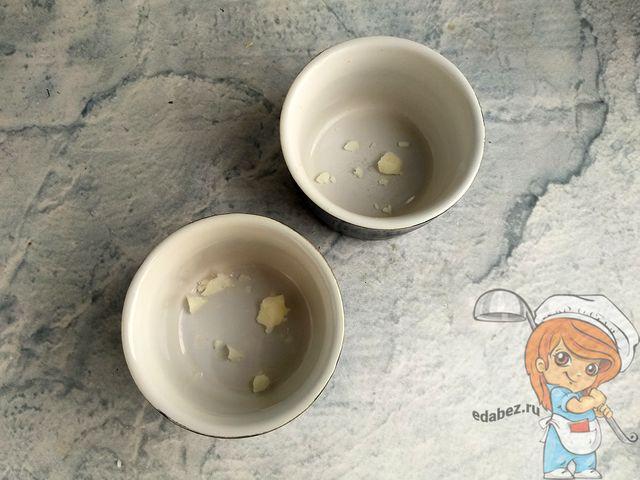 Смазываем формочки маслом