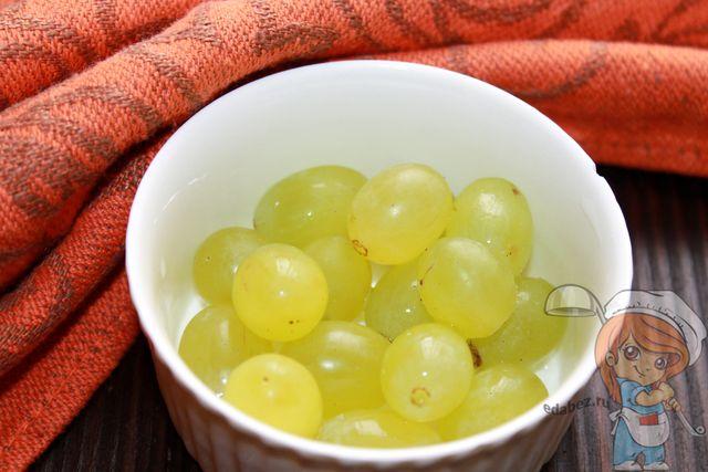 Подготавливаем ягоды винограда