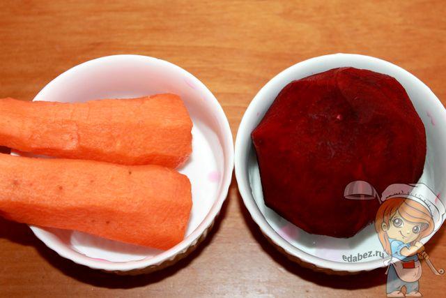 Очищаем свеклу и морковь