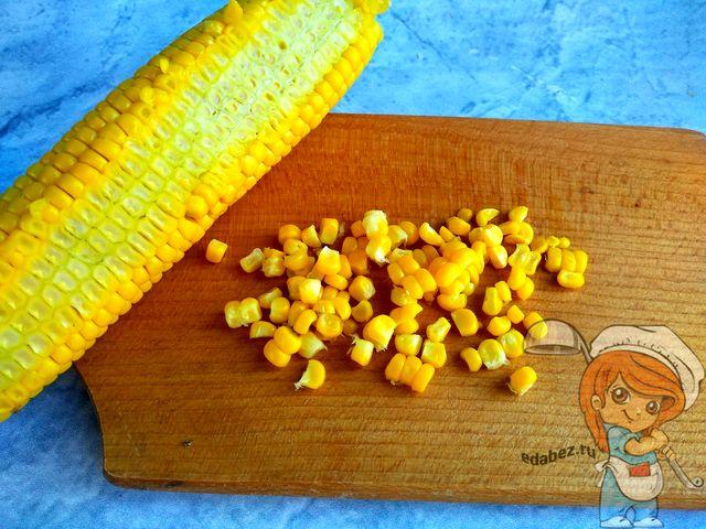 Срезаем зерна с кукурузы
