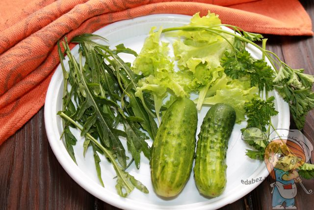 Моем зелень и овощи