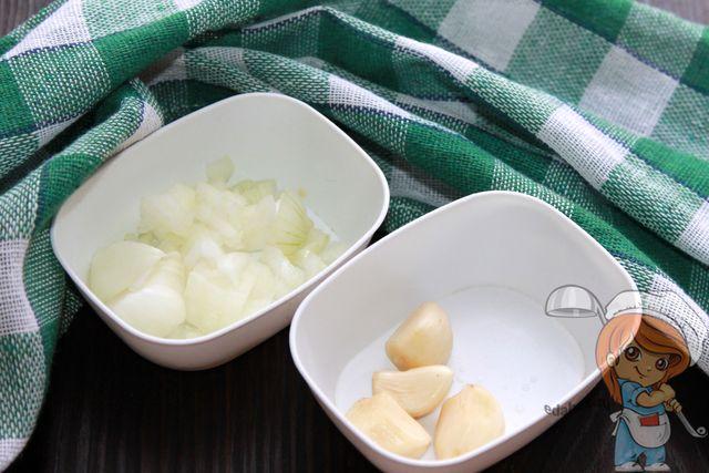 Чистим и режем лук и чеснок