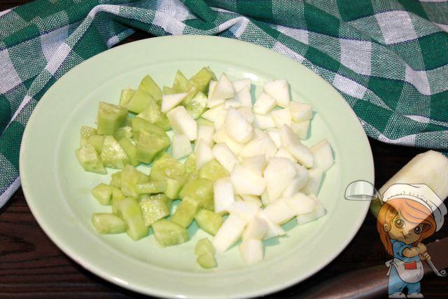 Режем яблоки и огурец