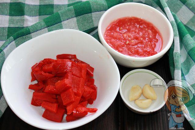 Пюрируем помидоры, режем перец и чеснок