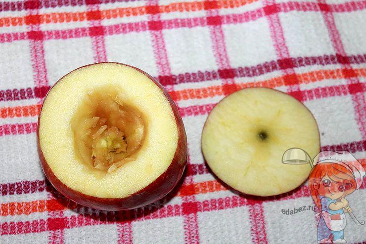 Вырезаем сердцевину у яблока