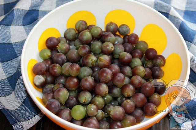 Моем ягоды и отделяем от кистей