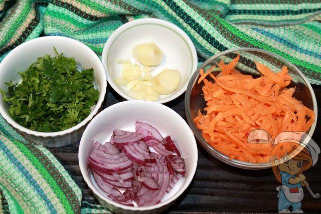 Измельчаем лук, чеснок и зелень