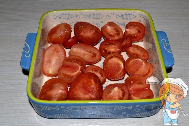 Выкладываем помидоры в керамическую посуду
