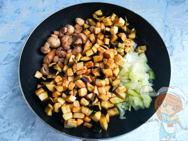 обжариваем баклажаны с луком