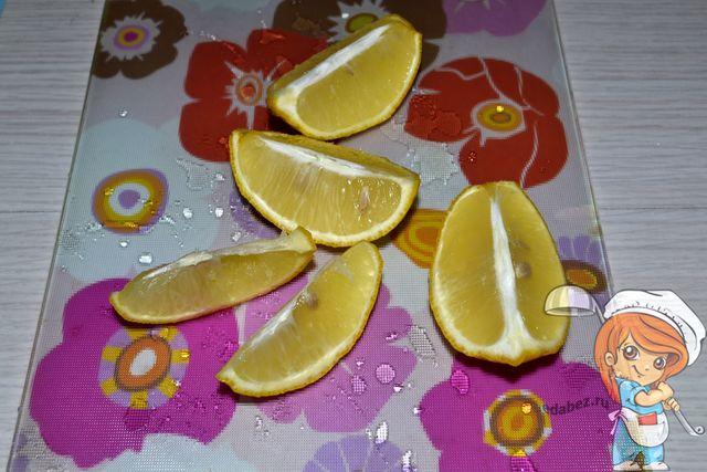 Разрезаем лимон на дольки