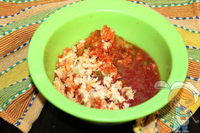 Перекручиваем томаты, хрен, перец