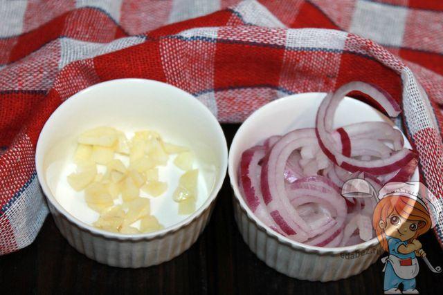 Чистим и режем лук с чесноком