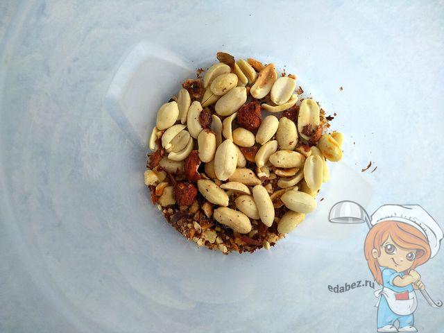 Орехи в чаше блендера