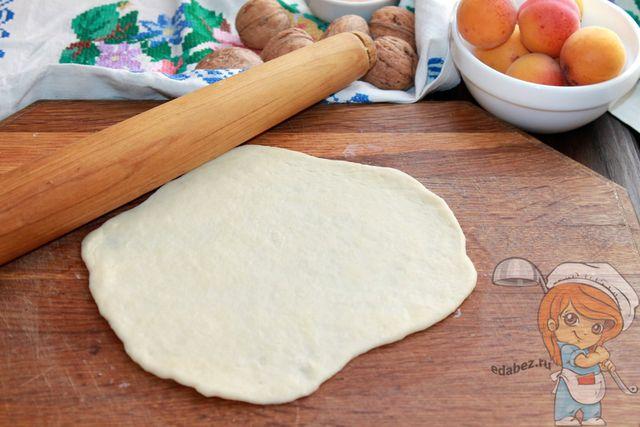 Раскатываем тесто в пласт