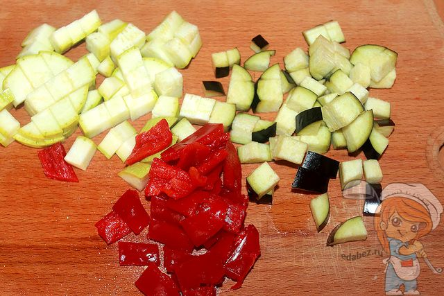 Режем перец, кабачки и баклажан