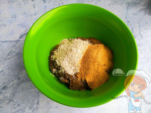 Всыпаем сухари и овсяное толокно