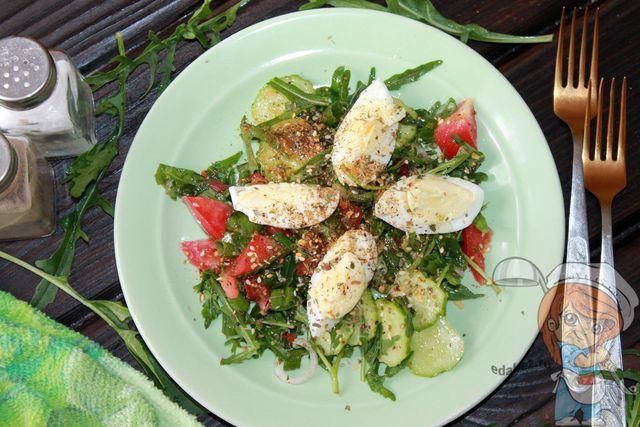 Салат с рукколой, помидорами и яйцами