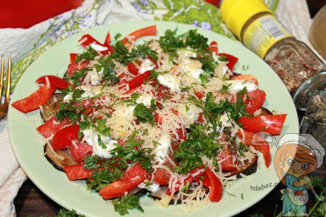 Праздничный салат из баклажанов, болгарского перца и помидоров
