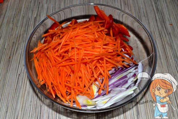 Выкладываем морковь и лук в салатник