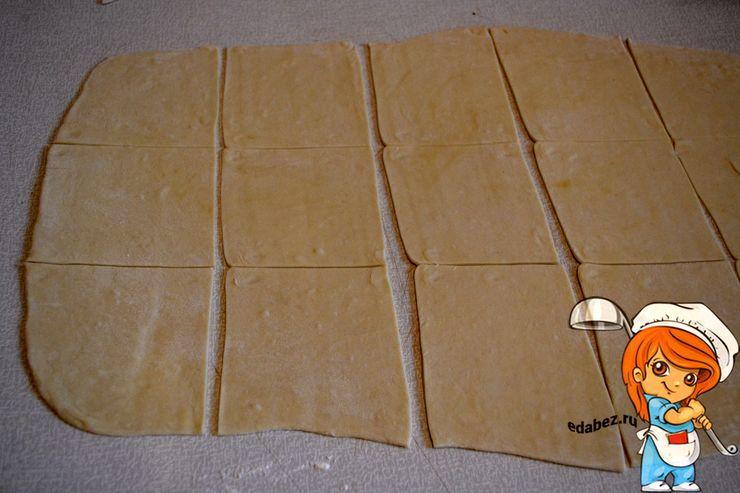 Раскатываем тесто и режем на кусочки
