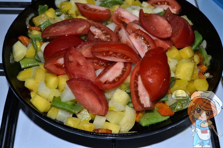 Немного помидоров в сковороду