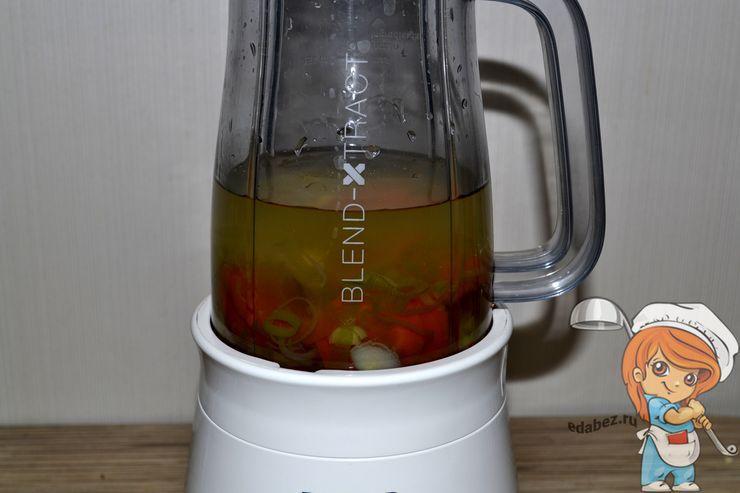 Переливаем бульон в стакан блендера
