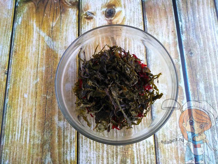 Добавляем сухую морскую капусту