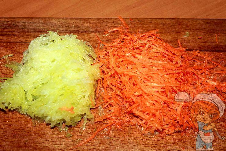 Натираем морковь и кабачок