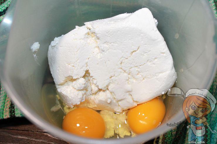 Добавляем яйца к творогу