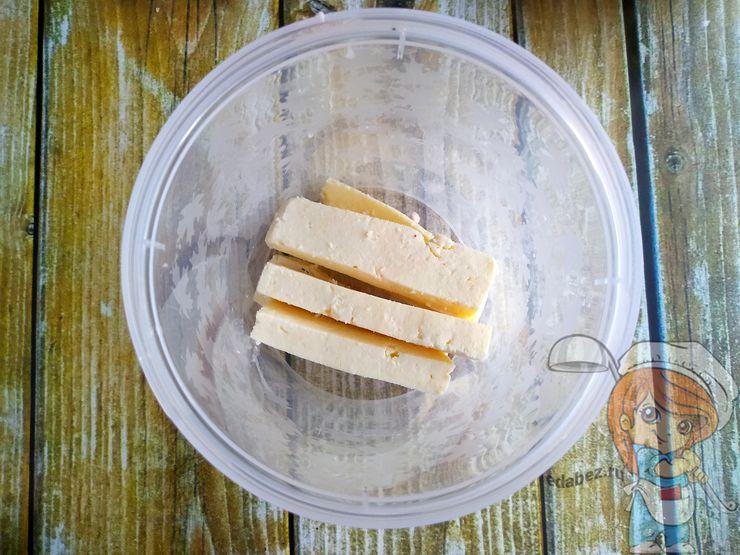 Нарезаем сыр тофу