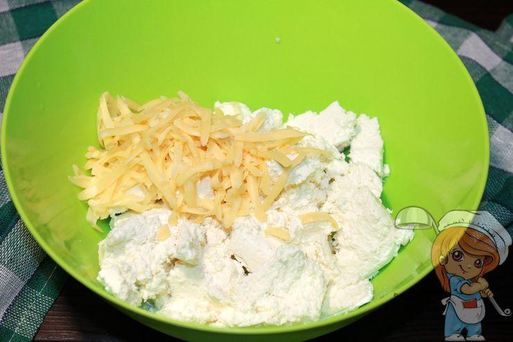Смешиваем творог с сыром
