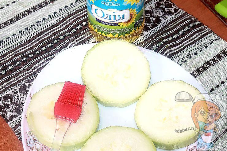 Смазываем маслом кабачок