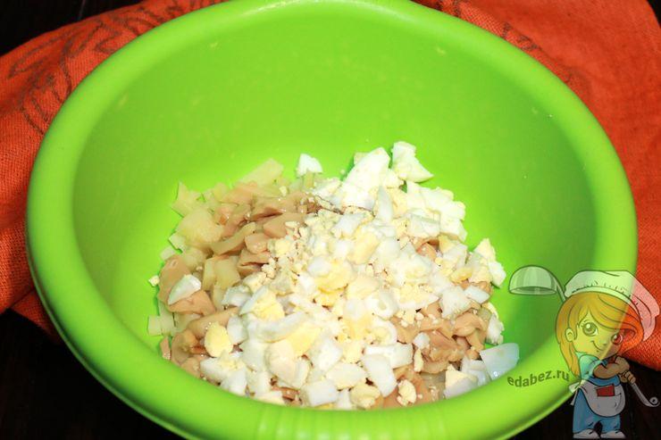Яйца режем кусочками