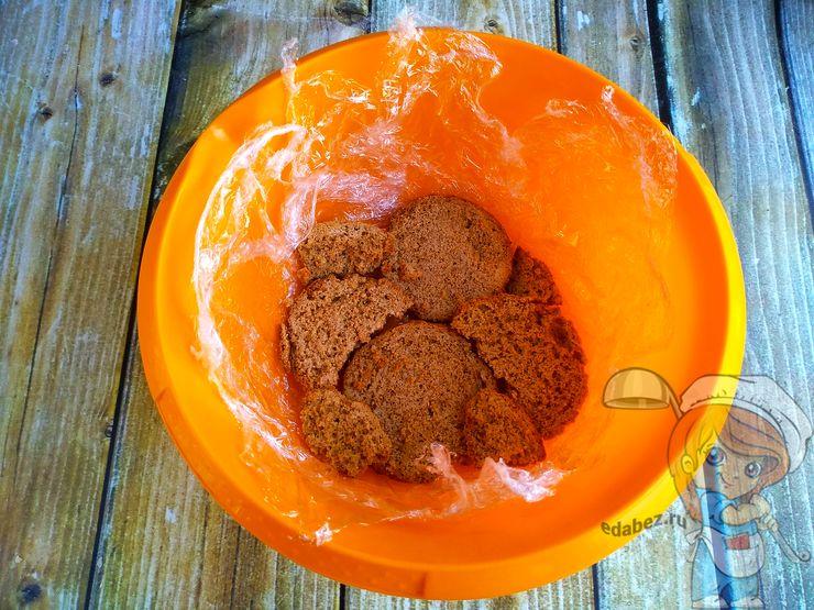 Выкладываем нижний слой из печенья