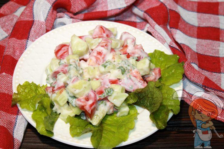 Выкладываем блюдо на салатные листья