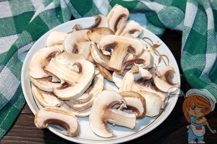 Режем пластинками грибы