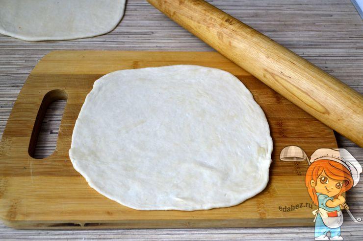 Раскатываем тесто в лепешку