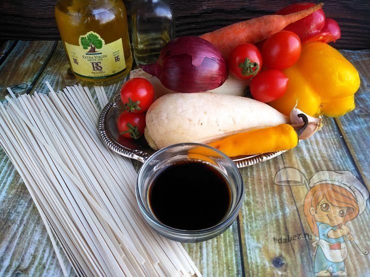 Ингредиенты для приготовления китайской лапши с овощами