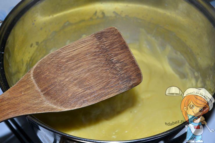 Используем деревянную лопатку для перемешивания