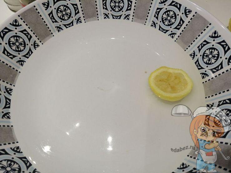 Тарелка с лимонной водой