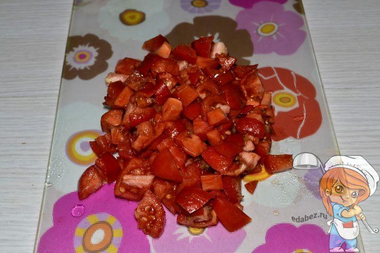 Мелко режем помидоры