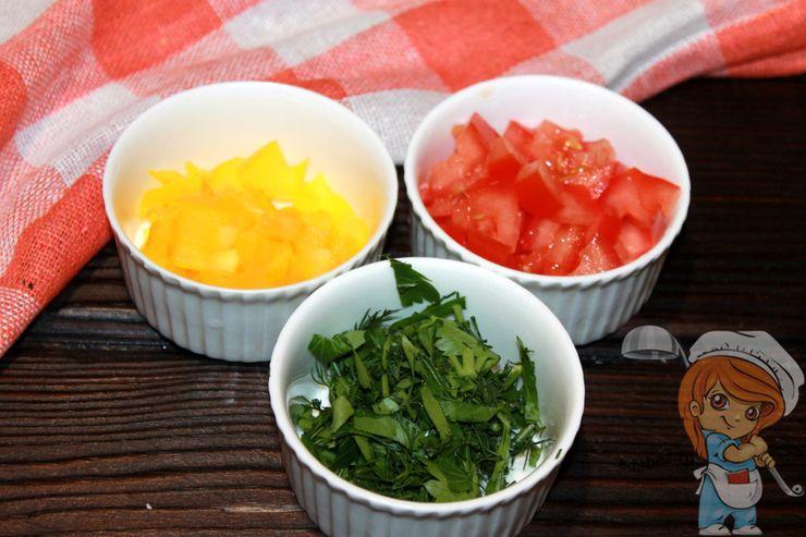 Нарезаем перец, помидоры и зелень