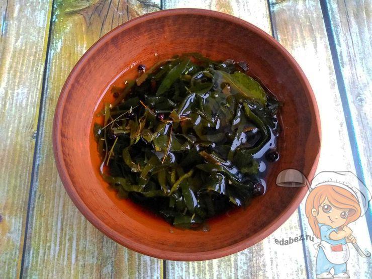 Перемешиваем водоросли со специями и соусом