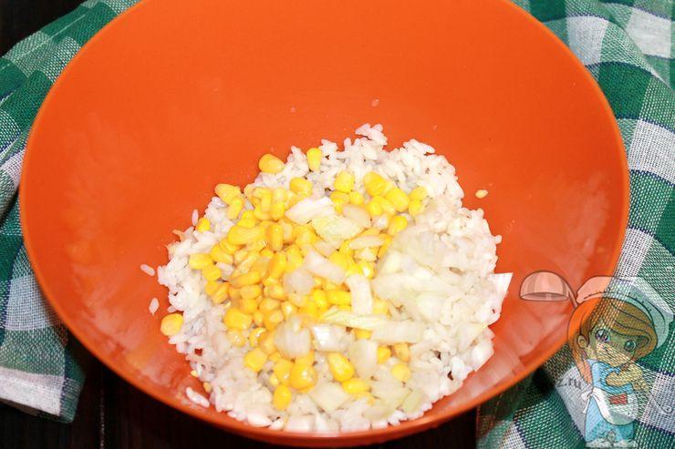 Соединяем рис, кукурузу и лук