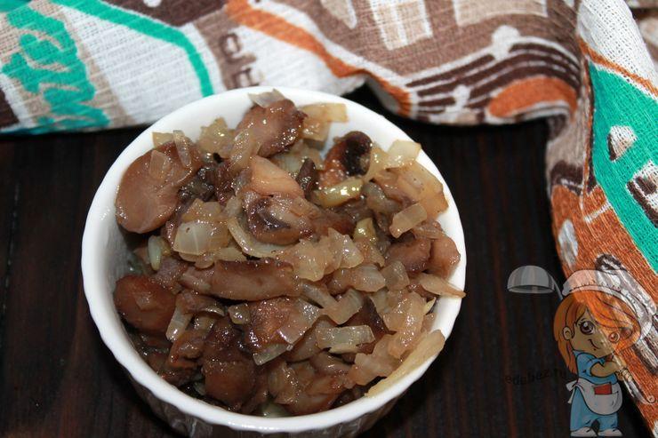 Перекладываем грибы в тарелку